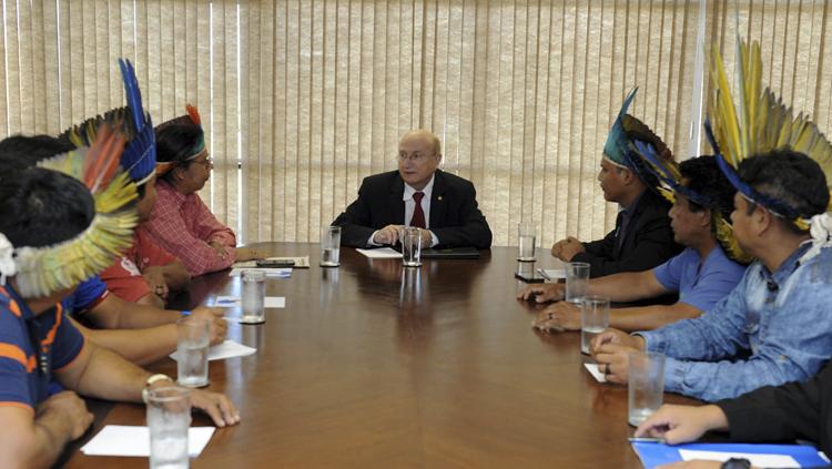 Ministro recebe indígenas Terena