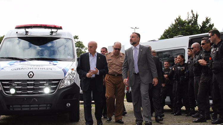 Ministro Serraglio formaliza doação de 18 veículos furgões-cela ao Paraná
