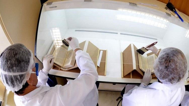 Obras raras da biblioteca do MJ são restauradas por membros da APAE