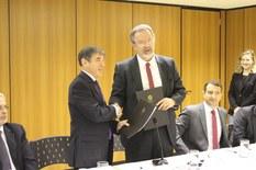 Ministro da Segurança Pública e representante do UNODC no Brasil assinam acordo.